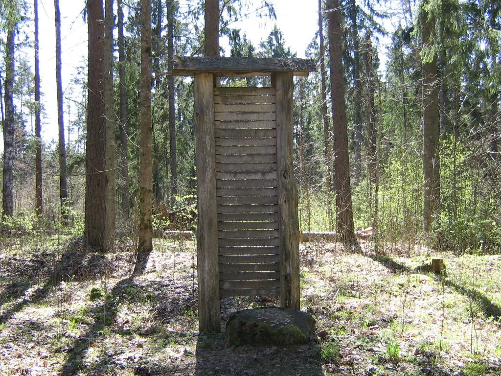 Eesti poolt vasakpoolne kalmistu ja ohverdamiskoha osa tähisega. Foto: A. Kivi, 25.04.2008.