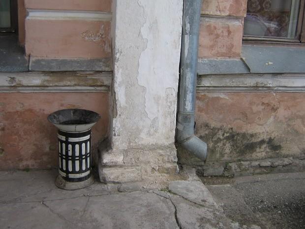 peahoone : 15729,vaade loodest-eest Rakvere kesklinna poolt, peasissepääsu esine terrass, rõdu alla-avariiline olukord,  Autor ANNE KALDAM  Kuupäev  09.05.2008