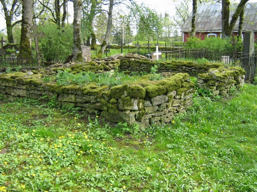 Paekiviaiaga piiratud hauaplats kirikust lõuna pool 18.04.2008, K. Pets