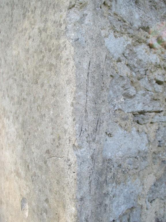 lähivaade kirde suunast. Foto: Mikk Mutso 18.09.14 Võrdluses krohvitud seinakülg vasakul ja krohvimata tagasein viitab sellele, et ajalooliselt on olnud hoone tagaküljel lisaehitus (ilmselt puidust). Tagaseina nurgal on näha püstise puittarindi jälge krohvis.