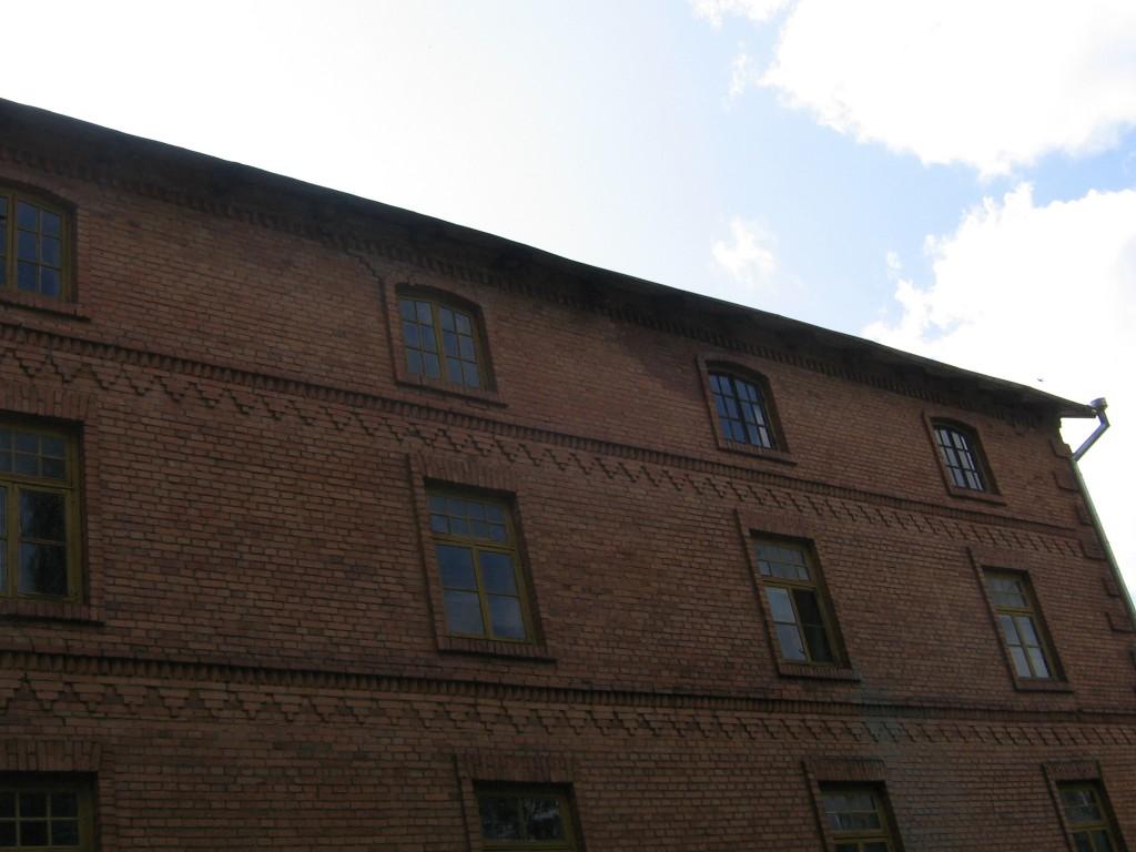 Vesiveski vaade tagaküljelt. Tumedam koht seinal viitab katuse sademete lekkele. 08.08.2014 Viktor Lõhmus