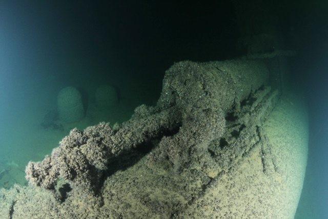 Pardal olnud miinid on kukkunud vasaku parda kõrvale. Foto: Muinsuskaitseamet / SubZone OÜ, 2014.