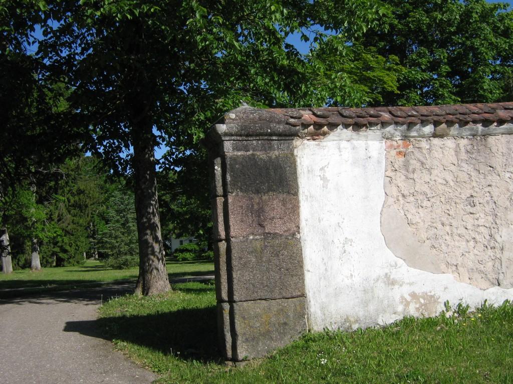Vaade Õisu mõisa piirdemüürile,graniidist väravapost  Autor Anne Kivi  Kuupäev  05.06.2008