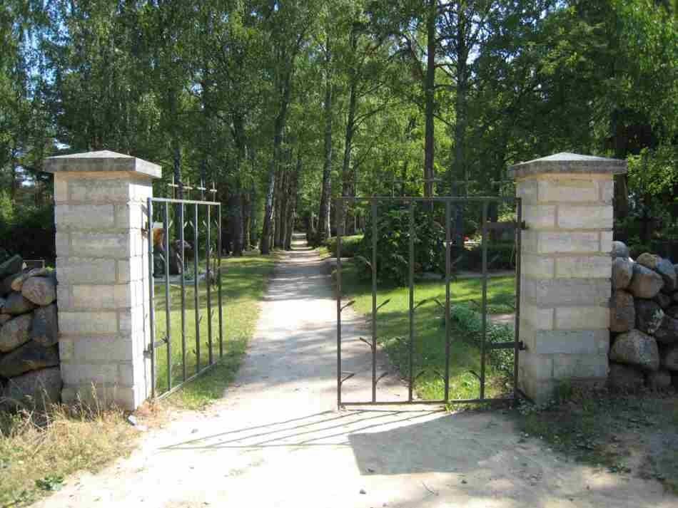 Leisi kalmistu värav. Foto: Rita Peirumaa. Kuupäev  19.06.2008