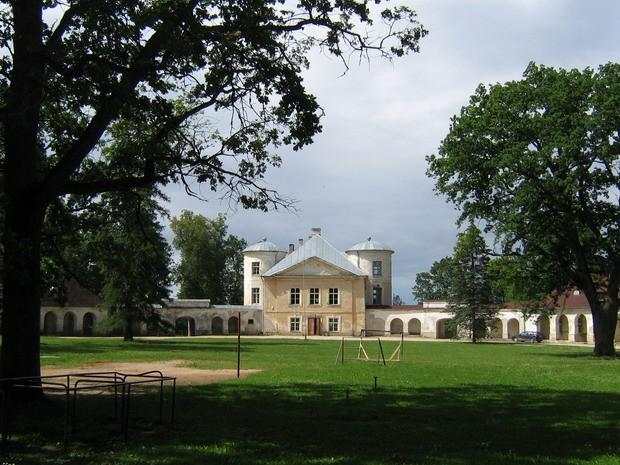 Kiltsi mõisa peahoone :vaade idast peafassaadile.  Autor ANNE KALDAM  Kuupäev  26.06.2008