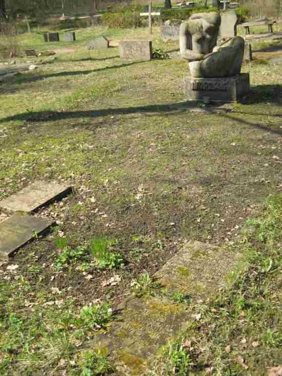 II ms hukkunute ühishaud. Hellamaa kalmistu. Foto: A. Sagur, 2006.
