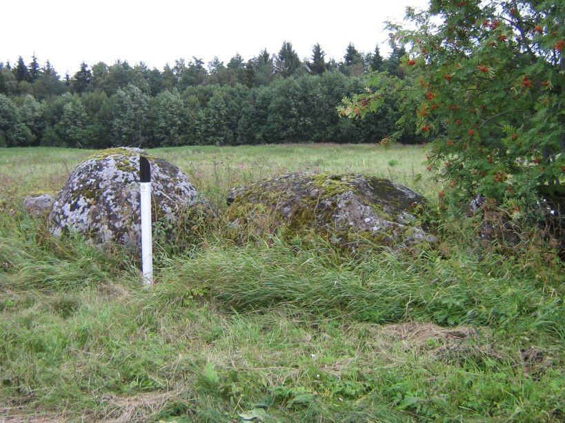 Kiili valla õpilasmalev paigaldas mälestisele tähise. Kultusekivi on pildil tähisest paremale poole jääv kivi.  Autor Ulla Kadakas  Kuupäev  11.08.2008