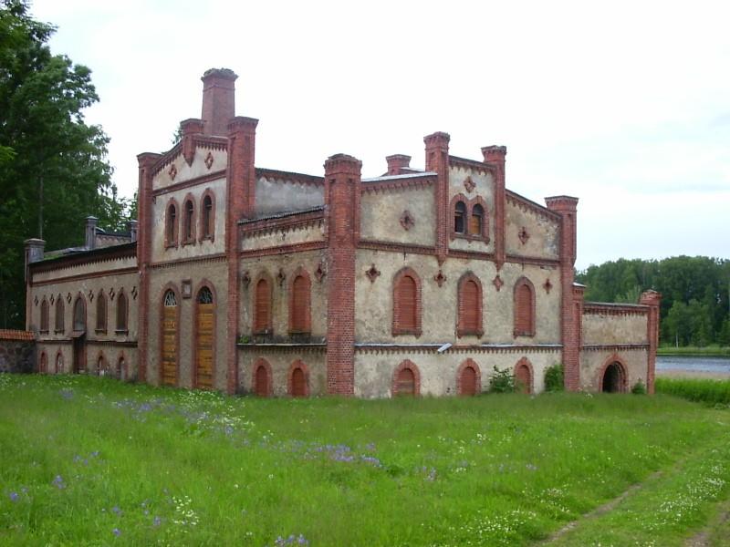 Viinavabrik enne restaureerimise algust2006.aastal.  Autor Viktor Lõhmus