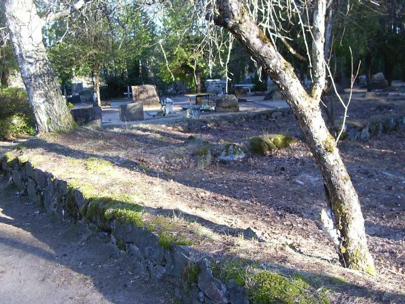 Kalmistu urniplats  Autor Sille Raidvere  Kuupäev  30.03.2007