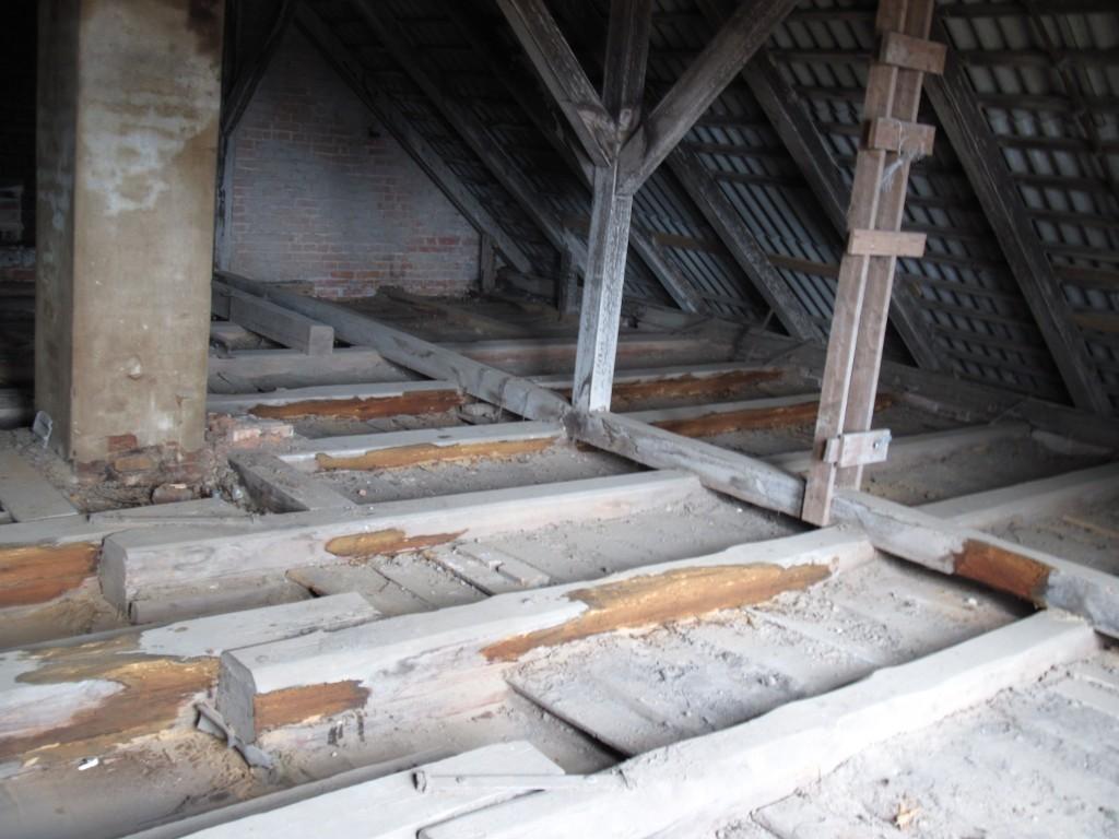 Laiuse pastoraadi peahoone katusealune pärast konstruktsioonide ja laepealse väljapuhastamist.  Foto: Sille Raidvere  Aeg: 27.03.2015