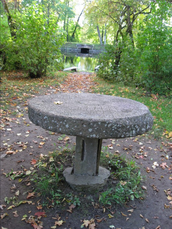 Tiigisaarel kivilaud, selle taga pargisild 2  Autor Sille Raidvere  Kuupäev  23.09.2008