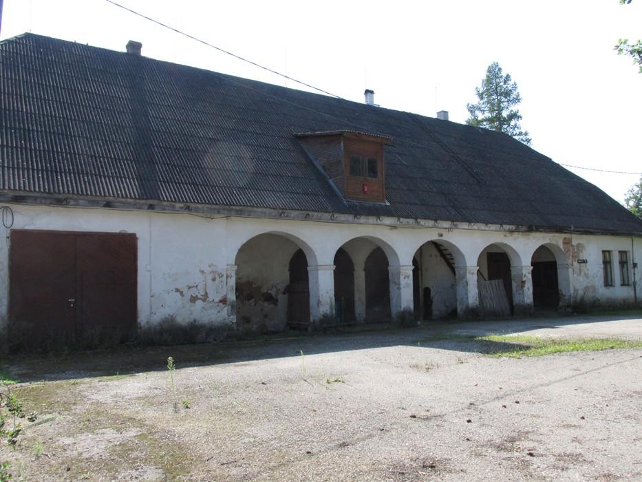 Vaade hoone esiküljel olevale kaaristule läänest. Foto Kadi Mõttus, 11.08.2015.