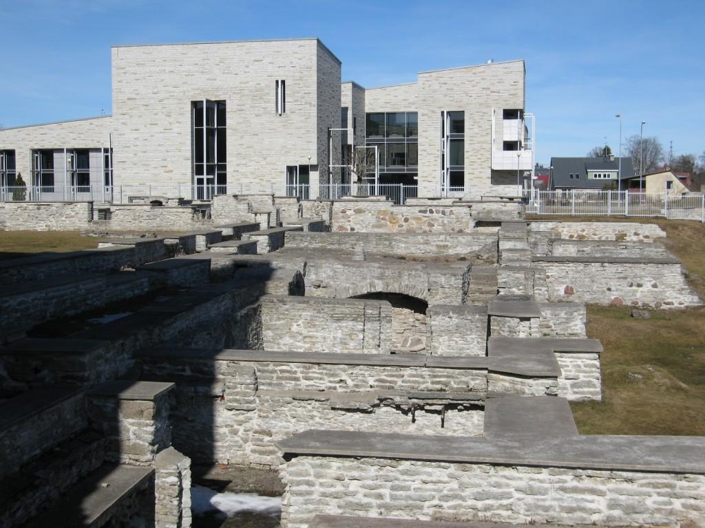 Vaade kiriku poolt kloostri konserveeritud klausuuri varemetele. Taamal paistab 2001 Luhse & Tuhal arhitektuuribüroo projekti järgi valminud uus birgitiinide klooster. Foto H. Kuningas 2009