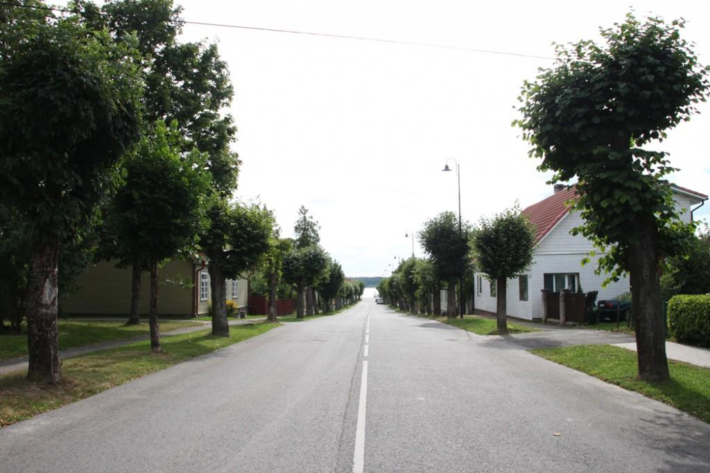 Karja tänava vaade Tamula suunas Karja ja F. R. Kreutzwaldi tänava ristist. Foto Kadi Mõttus, 27.08.2015.