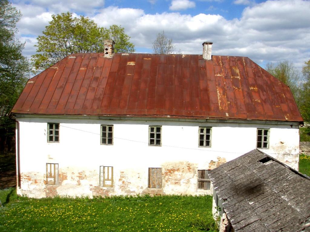 Uue-Põltsamaa mõisa teenijatemaja vaadatuna peahoone ülakorruse aknast Foto: Sille Raidvere Aeg: 15.05.2012
