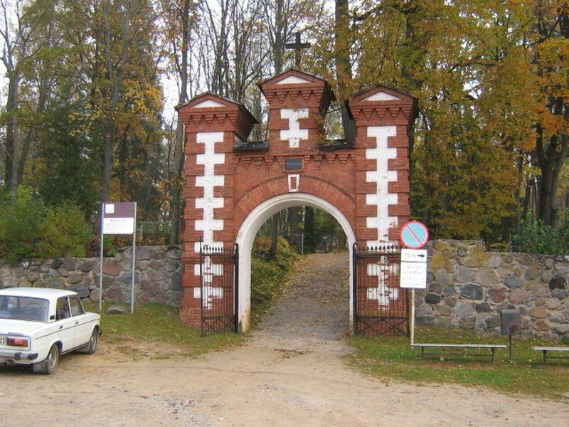 Kalmistu peavärav. Foto: Viktor Lõhmus 09.10.2008
