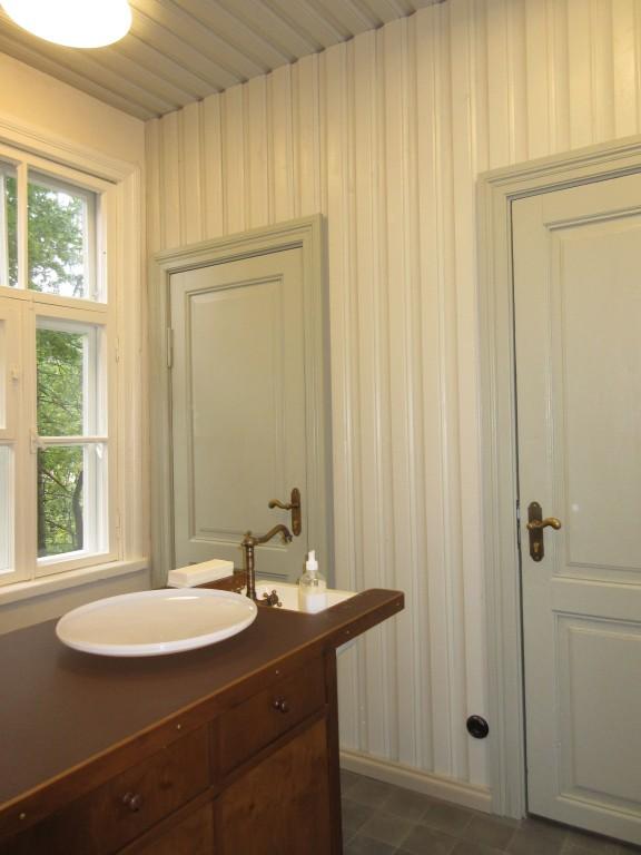 Lossi 38 vana anatoomikumi tualetid, mis asuvad rotundi taga olevas väikeses puumajas. Foto Egle Tamm, 22.09.2015.