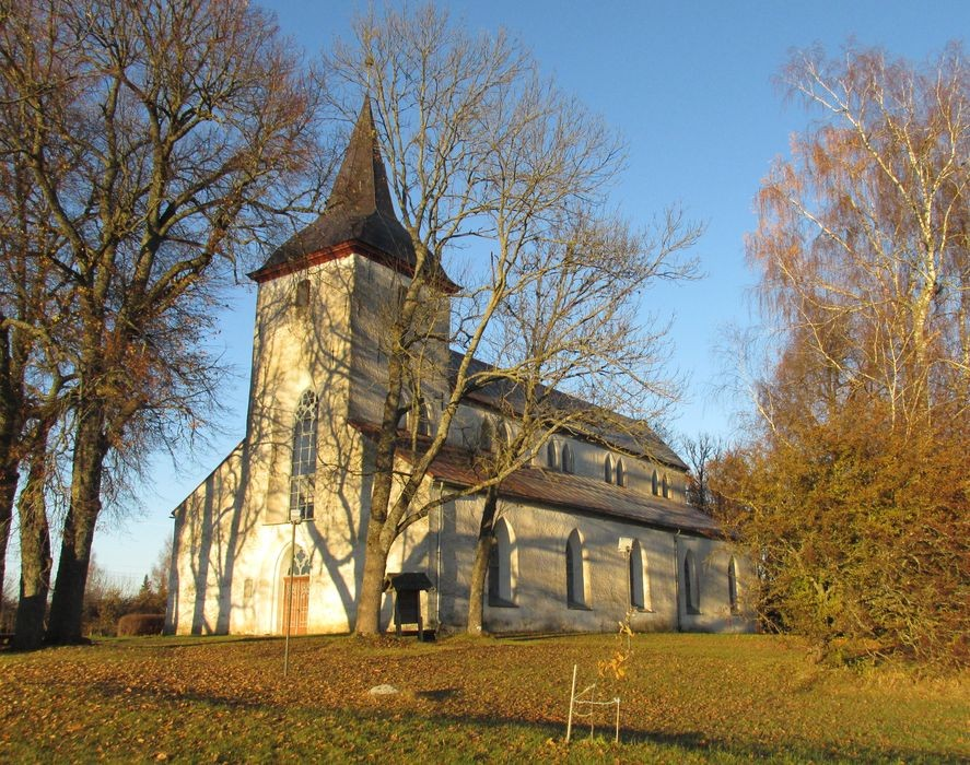 Vaade Urvaste kirikule lõuna suunast. Foto Kersti Siim, 28.10.2015.