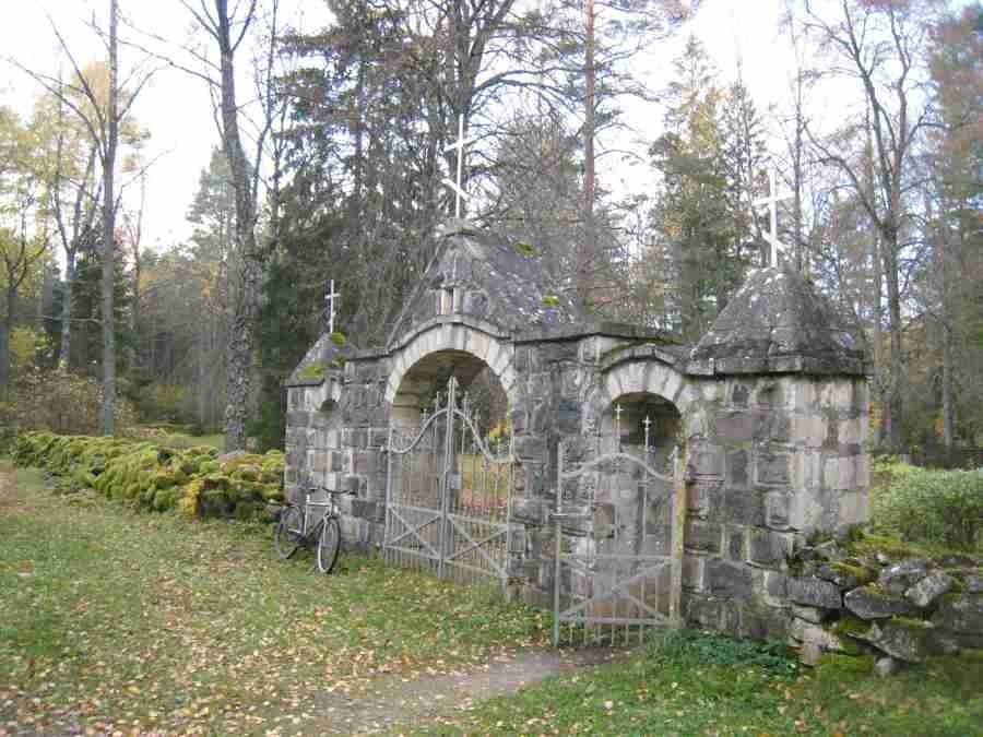 Hellamaa kalmistu väravaehitis. Foto: Rita Peirumaa. Kuupäev  14.10.2008