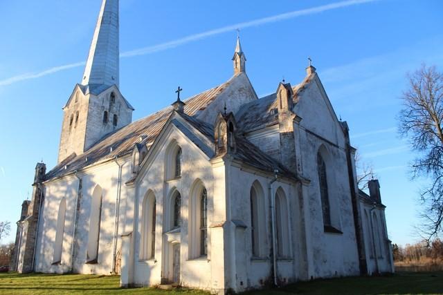 Vaade kirikule. Foto: Kadri Tael, 30.10.2015