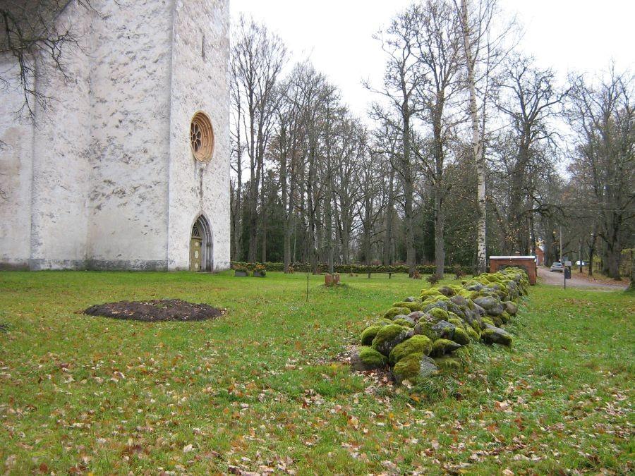 Suure-Jaani kirikuaia piirdemüür Autor Anne Kivi  Kuupäev  23.10.2008