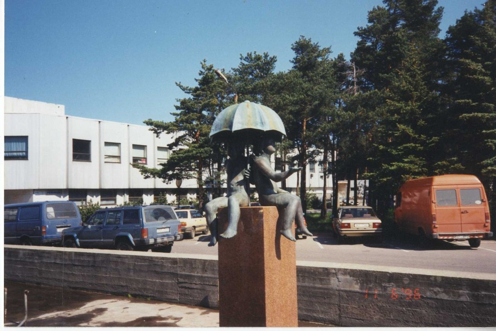 Skulptuur oma esialgses asukohas Pirita Rannahoone ees (Merivälja tee 5). Foto V. Leitsar, 11.06.1996