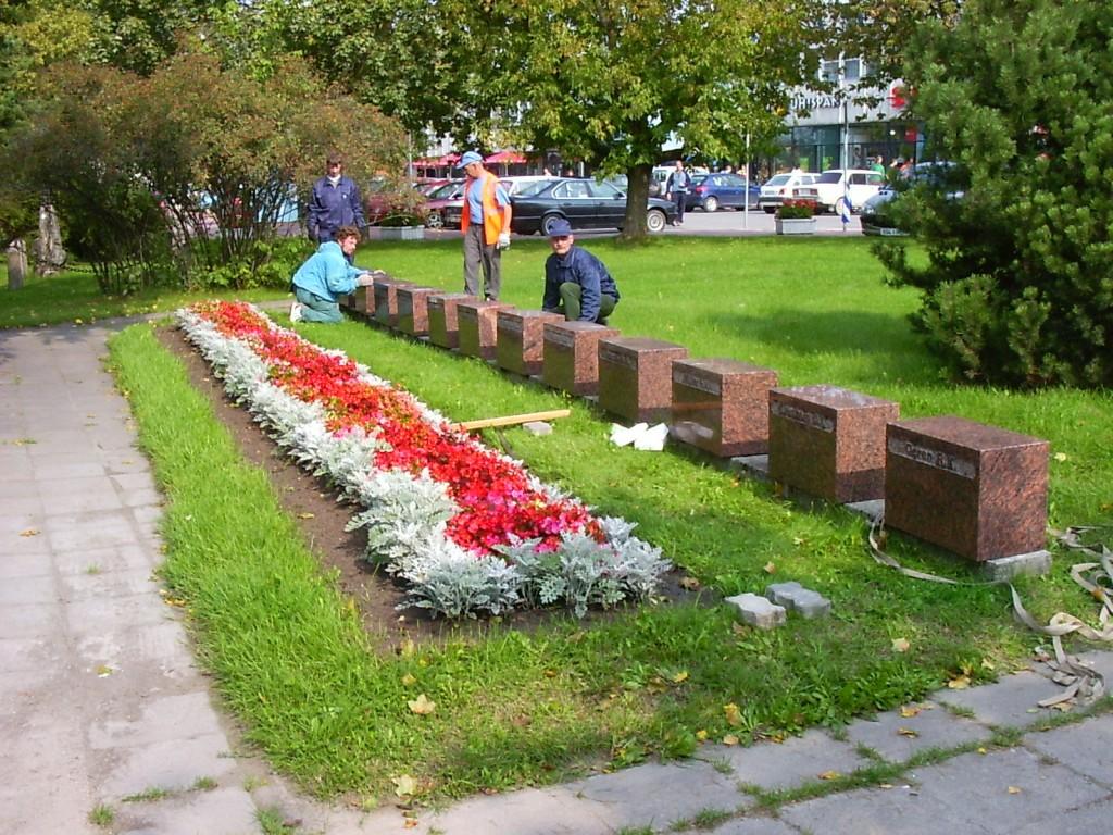 Ümberlükatud hauatähiseid asetatakse tagasi. Foto: Kalli Pets 06.09.2004