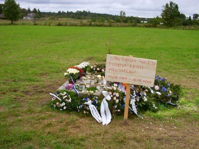 Eemaldatud mälestussamba alus    Autor Kalli Pets    Kuupäev  03.09.2004