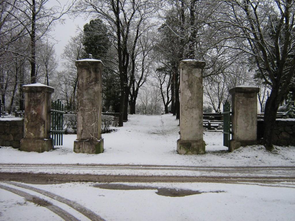 Kunda vana kalmistu, reg. nr 5768. Vaade lõunast peaväravale. Foto: M.Abel, kuupäev 04.12.2008