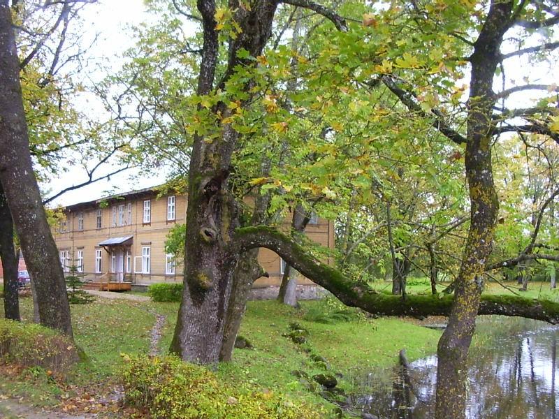 Mõisa peahoone pargis    Autor Tarvi Sits    Kuupäev  22.09.2004
