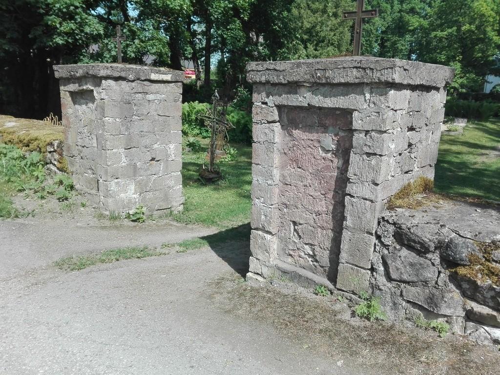Ambla kirikuaia läänevärav. Foto: K. Klandorf 02.06.2016.