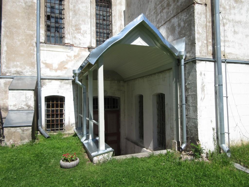 Sõbra 19a Aleksandrite kiriku lõunakülje uus varikatus. Foto Egle Tamm, 19.07.2016.