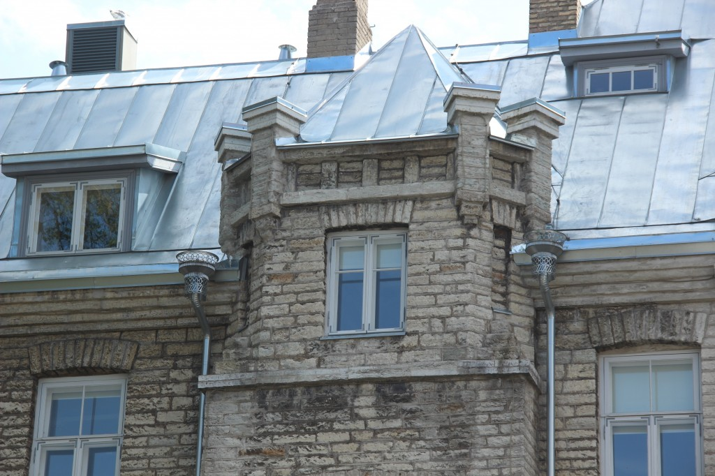 Elamu, 1905. a. ja Tallinna Linna Poeglaste Kaubanduskooli hoone. Fragment fassaadist. 25.07.2016. Foto: Timo Aava