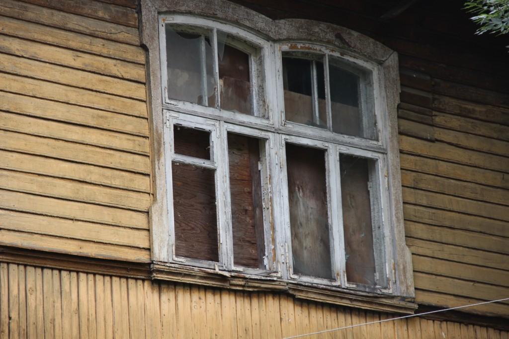 Balti Puuvillavabriku direktori elamu, 1899. a.. Aknad piirdelaudadega. 28.07.2016. Foto: Timo Aava