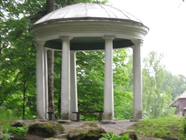 vaade paviljonile Räpina mõisa pargis.  Autor Viktor Lõhmus  Kuupäev  30.06.2008