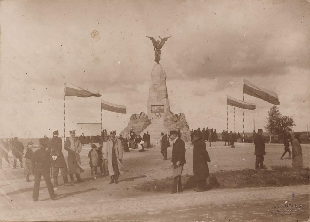 Russalka monumendi avamine 7. septembril 1902.a. tagaplaanil vasakul kutsutud külaliste jaoks püstitatud telk. Foto: Haapsalu ja Läänemaa muuseumi fotokogu 81:30.