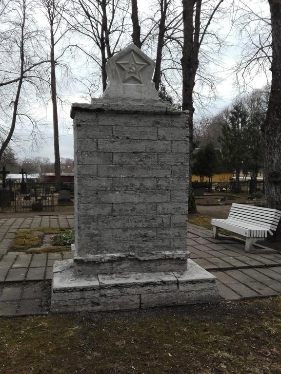 Paides Reopalu kalmistul asuv II maailmasõjas hukkunute ühishaud, hauamonumendi vaade. Foto: Karen Klandorf 07.04.2016