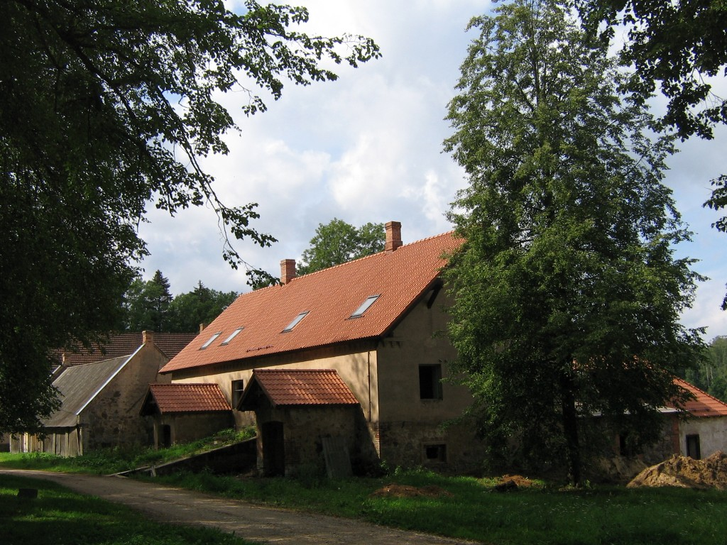 Meierei remont on pooleli. Paigaldatud uus katus.  Autor Viktor Lõhmus  Kuupäev  22.08.2008