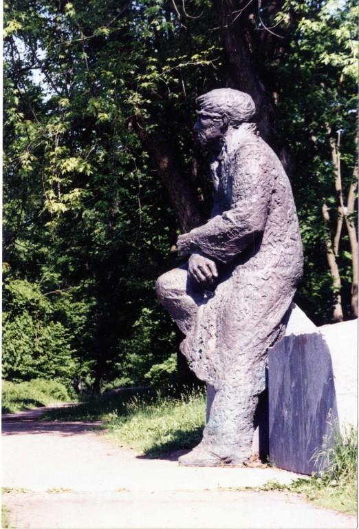 J. Smuuli monument oma algses asukohas Tallinnas, Kadrioru pargis. Foto: V. Leitsar, mai 1994