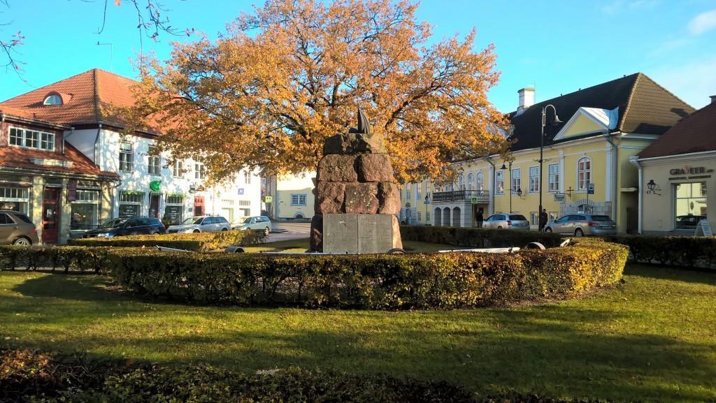 Kuressaare, Lossi 1 administratiivhoone ning vabadussõja ausammas. 1.11.2016. Rita Peirumaa
