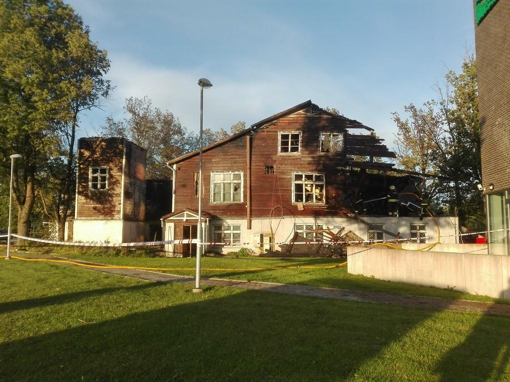 Koolihoone Paides Tallinna t 60 tagakülg vahetult pärast põlengu kustutamist. Foto: K. Klandorf 11.07.2016.
