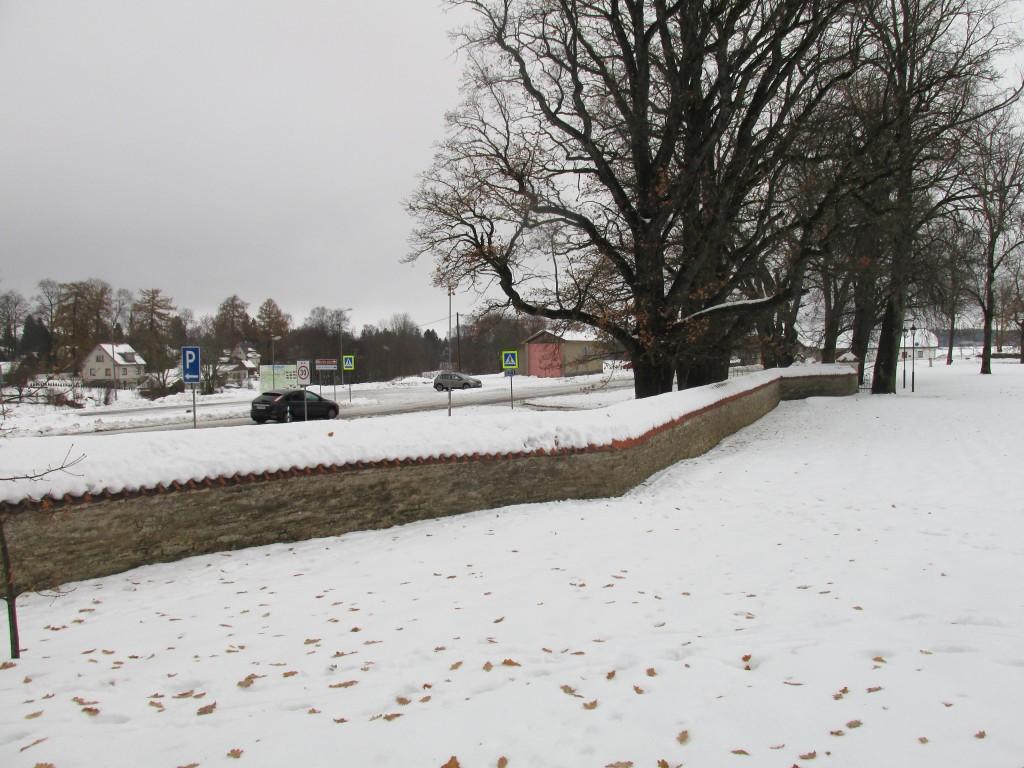 Maidla mõisa piirdemüür 18.saj. Vaade peahoone esiväljaku edelaservast. Foto: Kalle Merilai 17.11.2016.a.