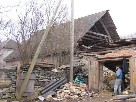 Rakvere kreiskooli hoone, reg. nr 5777. Vaade siseõuele, näha varisenud katusega hoone põhjaotsasein. Foto: Anne Kaldam, kuupäev 15.04.2009
