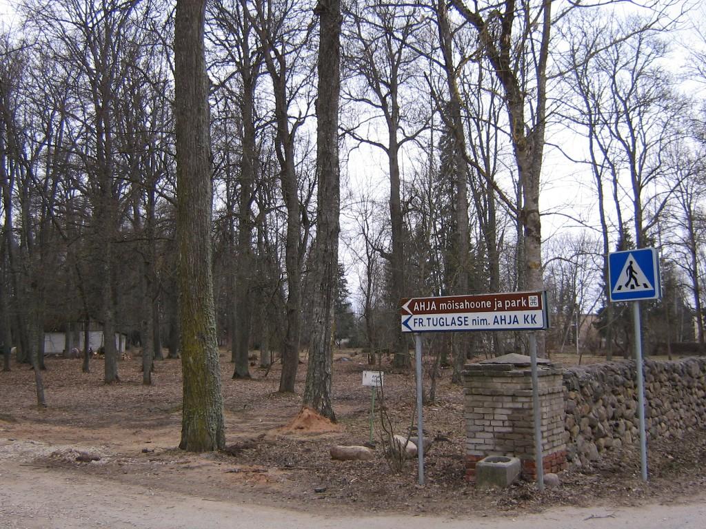 Pargi vaade sissesõidu tee kõrval.  Autor Viktor Lõhmus  Kuupäev  14.04.2009