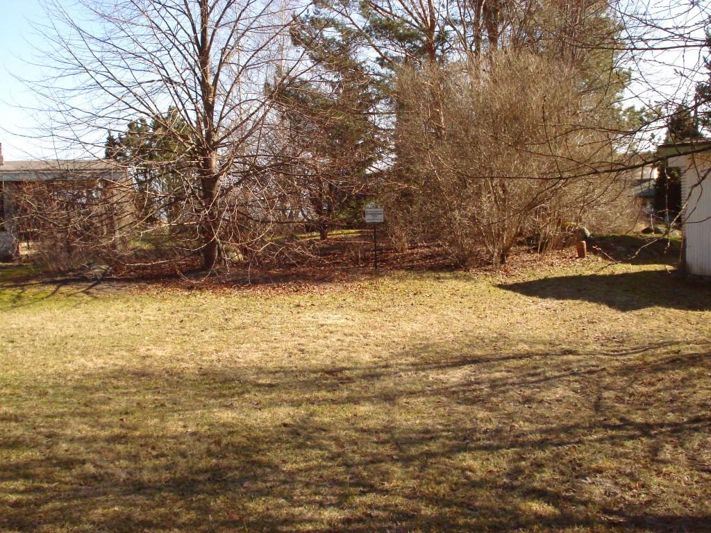 Vaade kolme suvila õuealal asuvale ohverdamiskohale. Foto: Karin Vimberg, 21.04.2009.