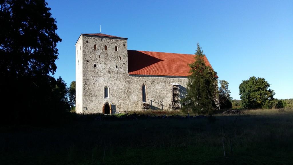 Vaade Pöide kirikule lõunapoolselt küljelt. Foto: K. Saks, 05.09.2016