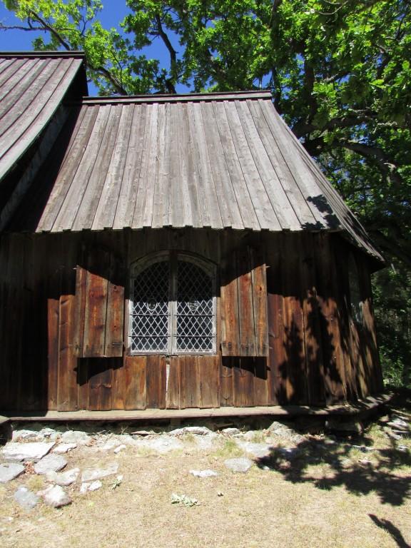 Kiriku kooriruum lõunapoolselt küljelt. Foto: K. Saks, 14.06.2016