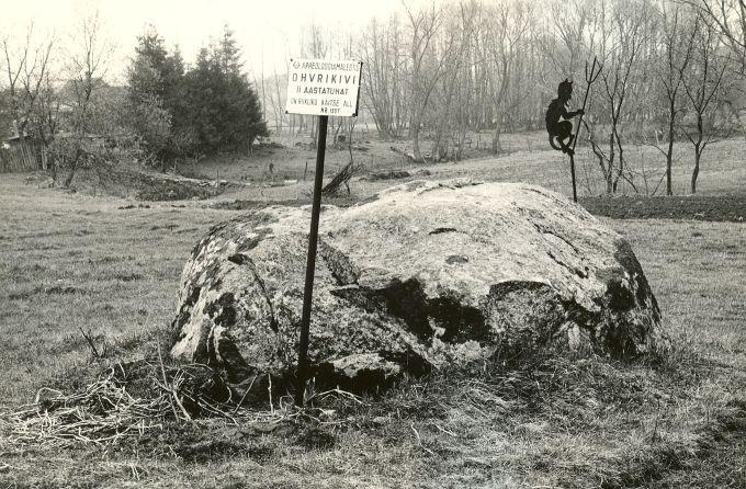 Ohvrikivi kagust pildistatuna. Foto: M. Pakler, 07.05.1987.