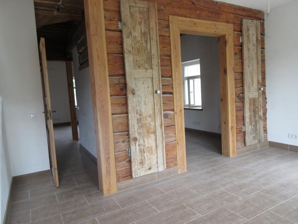 Kalevi 52 vanad siseuksed on eksponeeritud seinal. Foto Egle Tamm, 02.06.2015.