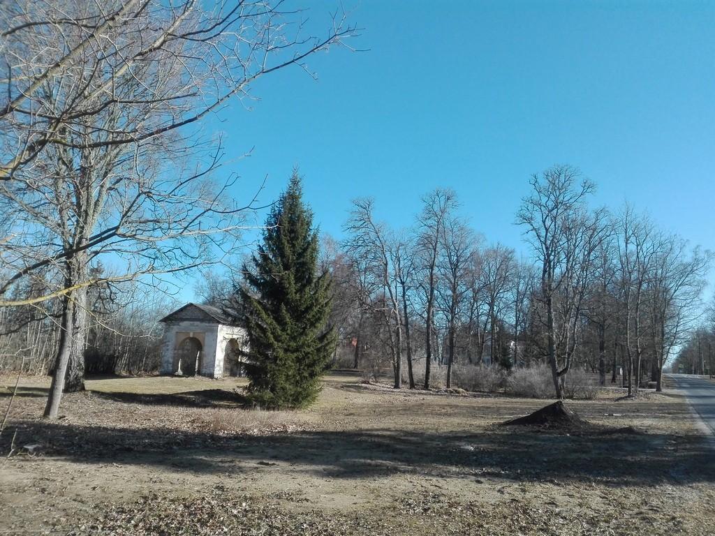 Aruküla mõisa pargi ja kaevumaja vaade lõunast, Paide teelt. Foto: K. Klandorf 30.03.2017.